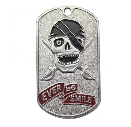 """La etiqueta de perro del metal con el cráneo """"¡Sea siempre sonrisa!"""""""
