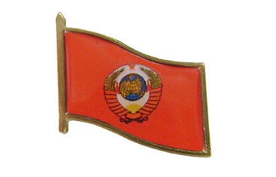 Kleines Abzeichen mit UdSSR-Waffen auf roter Flagge